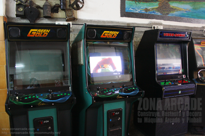 "Dos cabinas arcade ""GREEN GOLD"" y ""VIDEO-SONIC""."