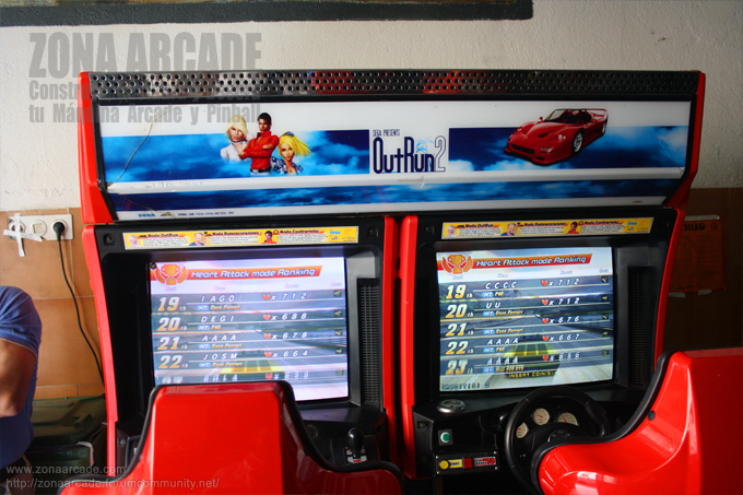 "Maquina arcade doble tipo cockpit de ""OUT RUN 2""."