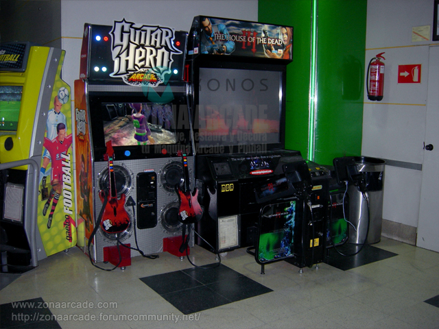 "Cabina arcade de lightguns ""THE HOUSE OF DEAD III"" y ""GUITAR HERO ARCADE""."