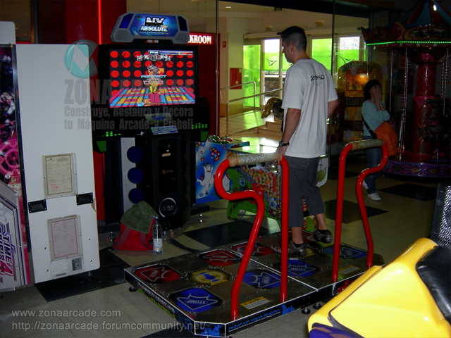 "Máquina recreativa de baile ""PMP IT UP NX ABSOLUTE DANCE MACHINE""."