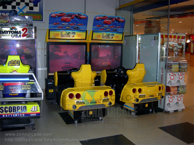 "Cabinas arcade cockpit del juego ""OUT RUN 2 SP""."